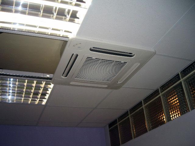 Klimatizace umístěná v podhledu